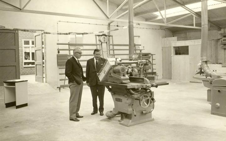 1963 : Le fondateur Lammert van Keulen (à gauche) dans l'usine de la rue Groen van Prinstererstraat