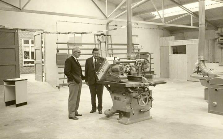 1963: Gründer Lammert van Keulen (links) in der Fabrik an der Groen van Prinstererstraat
